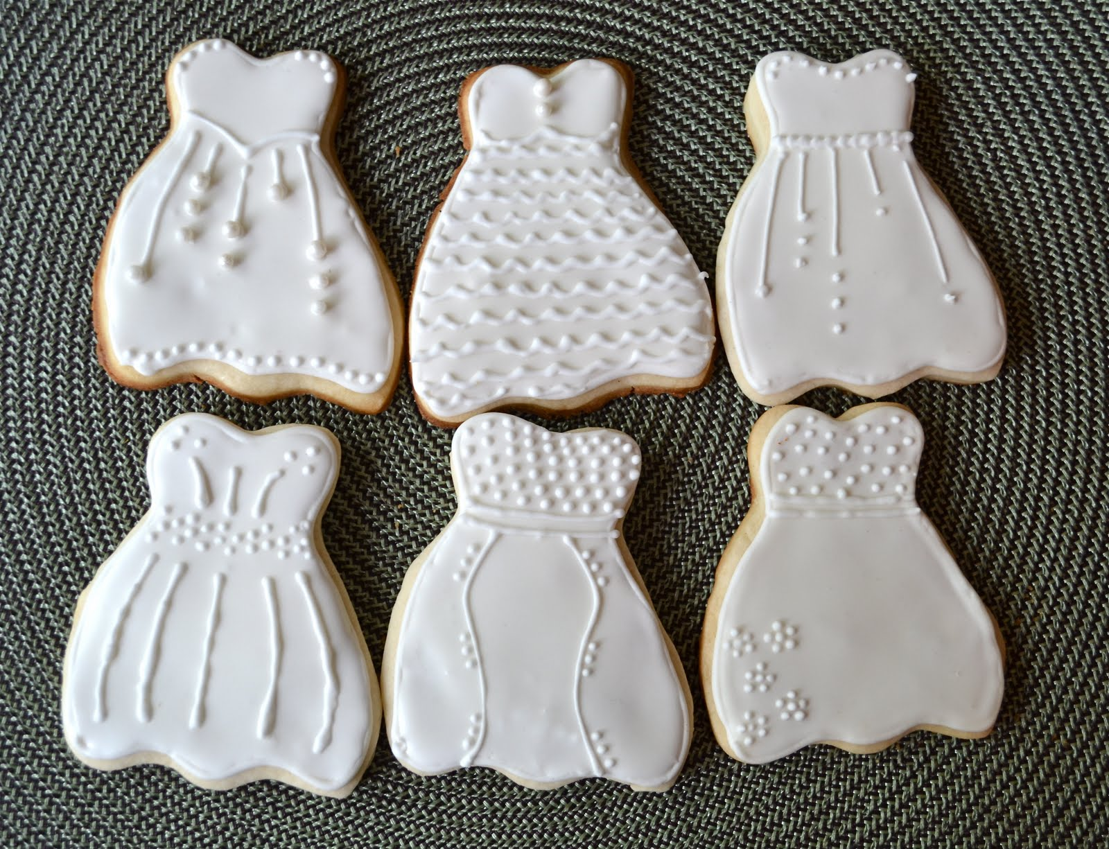 this past weekend i made cookies for a bridal shower i stuck with an all white cookie because i really wanted the designs to shine through rather than